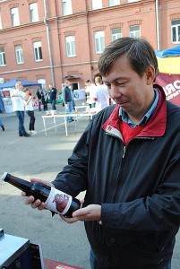 Юра Катунин изучает образец Home Brew