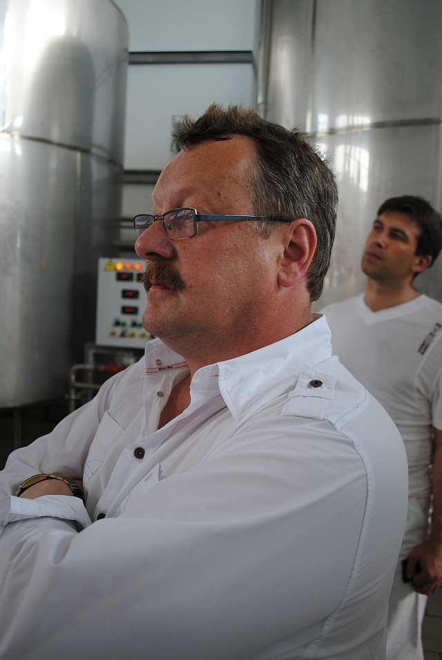Уве Мецлер слушает экскурсию по пивоваренному заводу