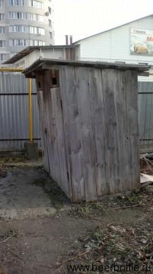 Рядом с разливайкой есть и бесплатный туалет. А не отсюда ли привкус?