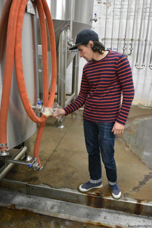 Артём наливает пиво