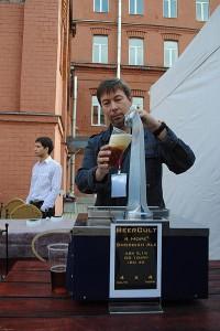 Пивной сноб Юра Катунин наливает Снобский эль