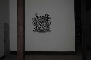 Чердак завода. Старинные стропила и герб Чапских
