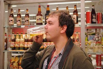 Кирилл оценивает пиво Bernard