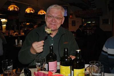Александр Петроченков ест салат