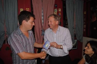 Дмитрий вручает Коллину пивной паспорт.