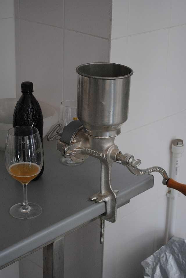 Ручная мельница - мечта домашнего пивовара.